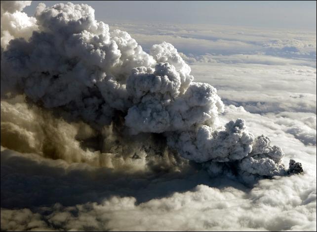 самолет и вулкан