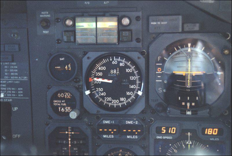 Указатель истинной воздушной скорости и числа М (в центре) на приборной доске Boeing-747.